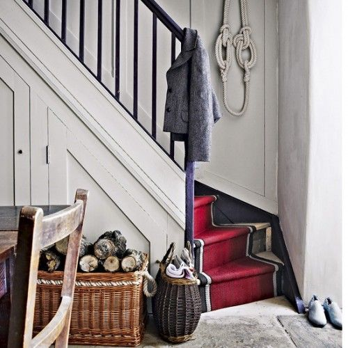 35 Cool Stair Carpet Runners To Make Your Life Safer | Shelterness: red runner with border