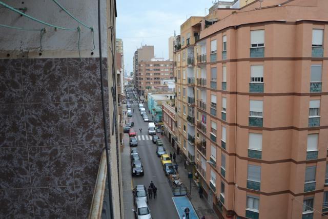 00510   Kвартира в продаже, calle Alcosebre, Grao de Castellón (Castellón de la Plana), 5 этажей, жилая площадь — 65м2, три комнаты и одна ваннa, салон с балконом, кухня, 5º без лифта, алюминиевые окна, кондиционер, входная бронированная дверь, в 100 метрах от моря