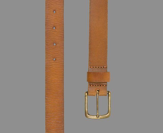Cinturón 100% de cuero vacuno en color suela con detalles de desgaste en los bordes. Con herrajes al tono en color bronce.