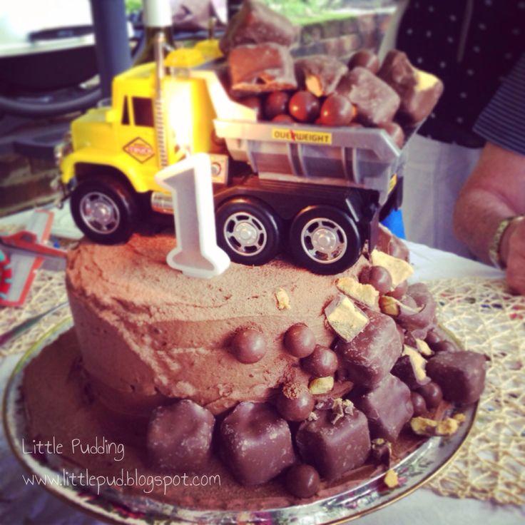 Construction zone cake or tip truck cake #constructionsitecake #tiptruckcake #boysbirthdaycake #littlepuddingcakes