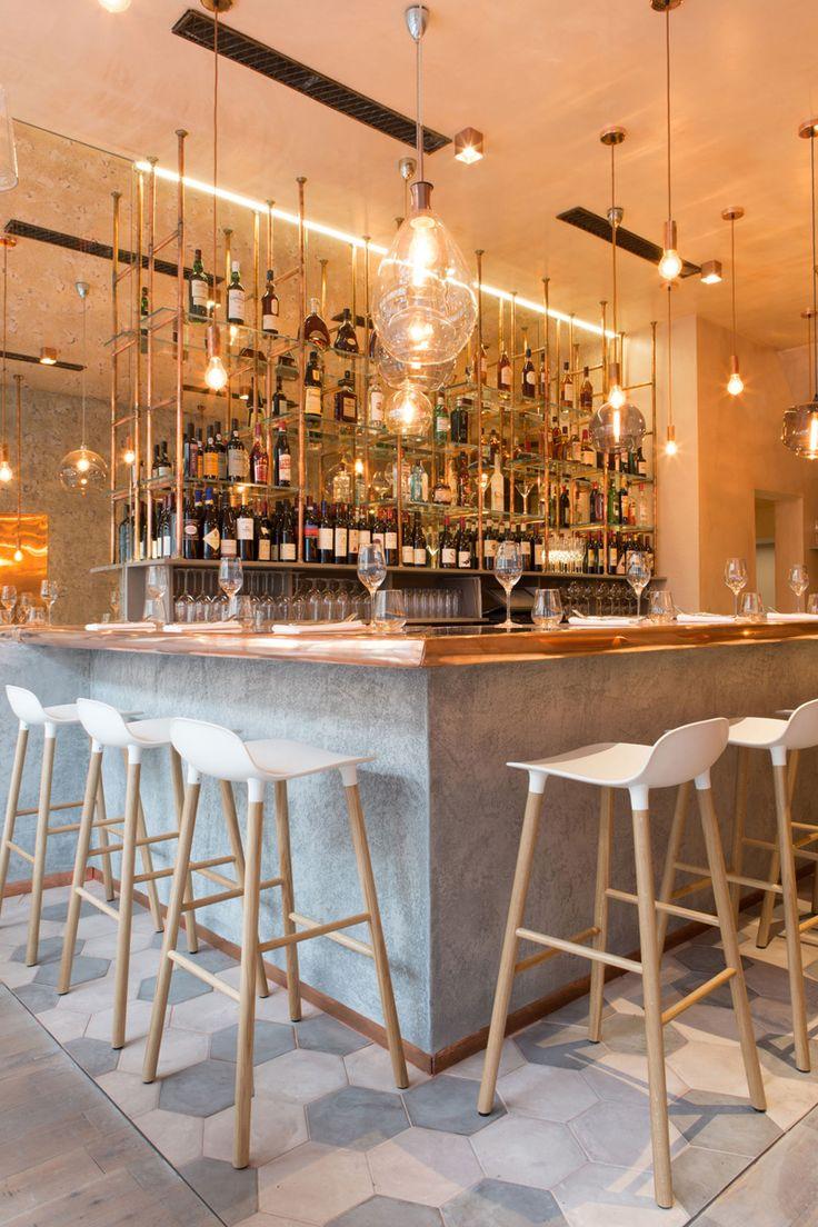 Le studio de design Kinnersley Kent Conception de Londres, a récemment terminé Bandol, un nouveau restaurant de 70 places sur Hollywood Road de Chelsea, avec une ambiance cuivre, chêne vieilli, acier, béton, brique, verre fumé et un grand olivier central.