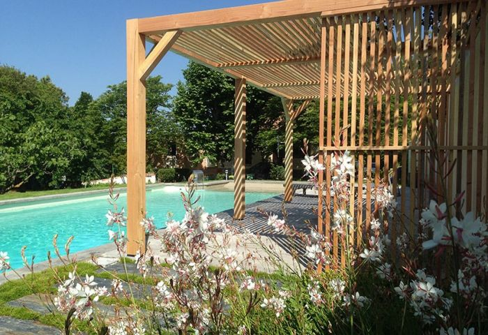 Vue de la pergola comtemporaine utilisée pour relooker les abords d'une piscine - Conception : Christophe Naudier, Architecte Paysagiste