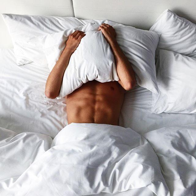 фото парень в кровати как одеться стиле