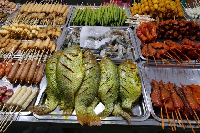 Mawlamyine, Nachtmarkt, hier gibt es hauptsaechlich Gegrilltes