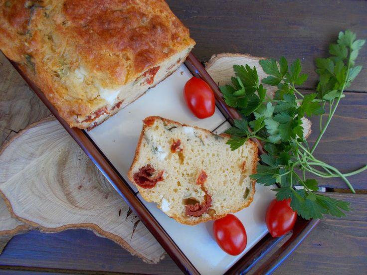 Με το δάχτυλο στο βάζο: Αλμυρό κέικ με λιαστές ντομάτες, φέτα & μαϊντανό ή βασιλικό.
