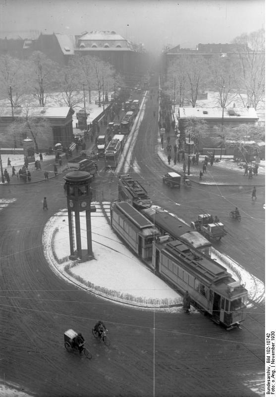 BERLIN 1930, im Winter am Potsdamerplatz - mit der 1. Ampel -Uhr) Europas, die heute wieder an ihrem Platz steht