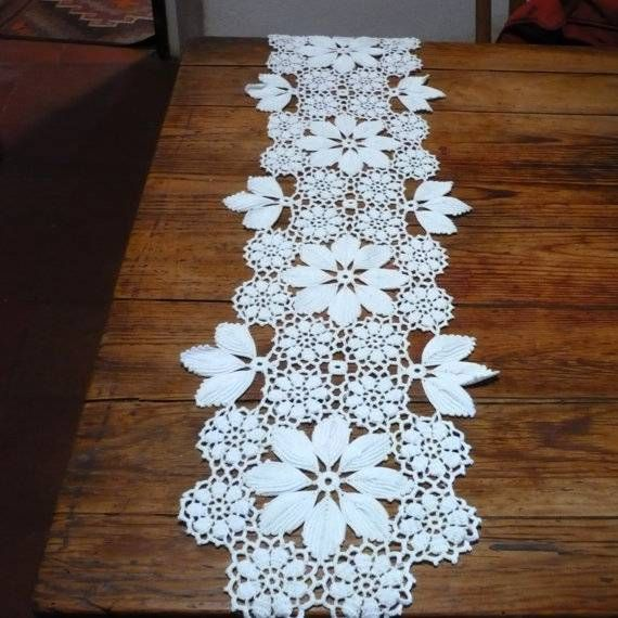 caminho de mesa de croche grande com flores