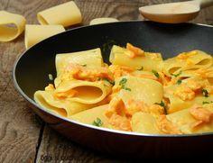 I paccheri al salmone e crema allo zafferano sono un primo piatto di pesce semplice e veloce da preparare, adatto anche per le prossime feste di Natale.