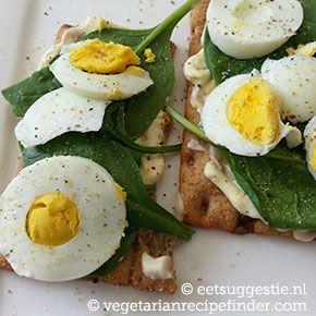 Begin je weekend goed met een heerlijke knapperige cracker, met een eitje, verse spinazie en wat mayonaise.