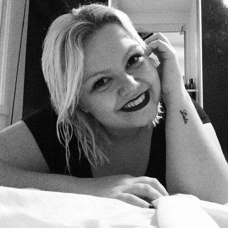 Tattoo feminina preta e branca braço escrita amor alemão língua alemã liebe