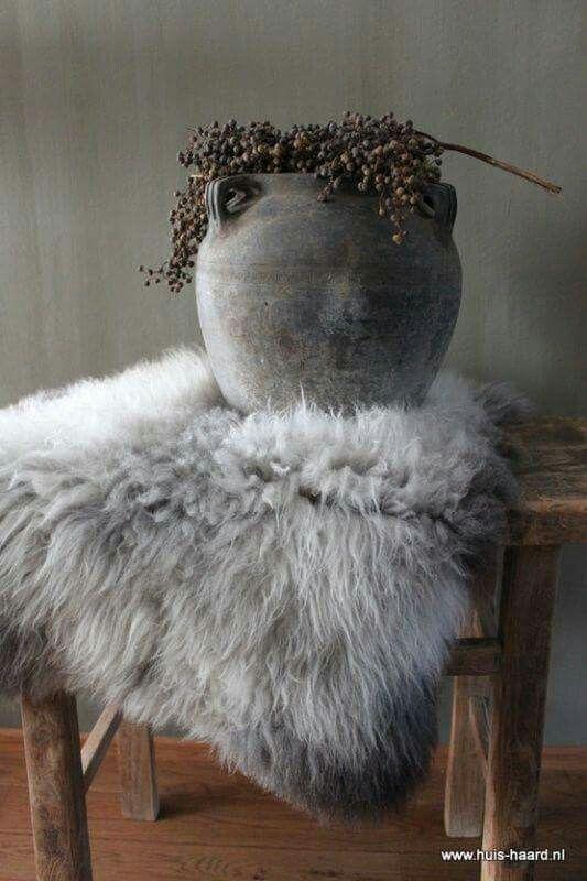 styling: kruk met bontje, grote kruik en natuurlijke materialen zoals hop, artisjokken etc. is altijd goed
