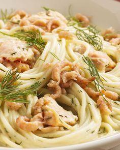 Een verrassend pasta-gerecht is deze lekkere volkoren spaghetti met zalmblokjes en grijze garnalen. Heerlijk romig met een sausje en afgewerkt met dille.