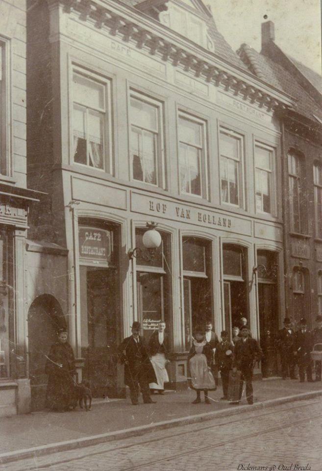 Reigerstraat. Hotel Café Restaurant Hof van Holland. Het Hof van Holland werd later de bioscoop het Casino. Links naast de stoeprand ligt de paardentramlijn die afbuigt naar de Torenstraat en de Grote Markt. 1901-1907