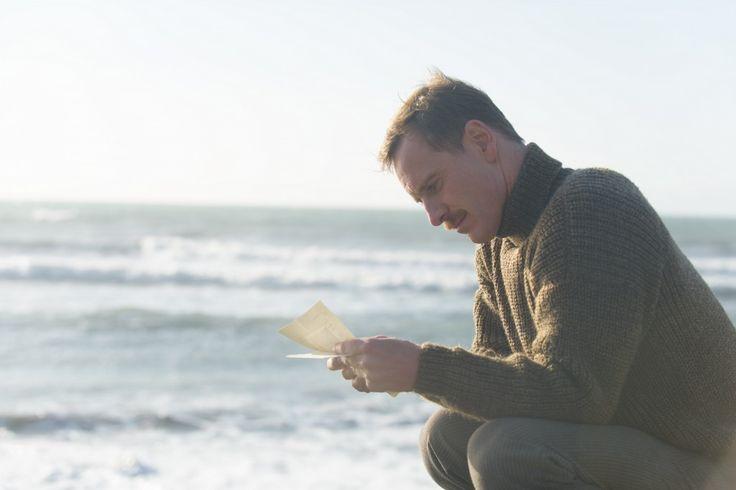 Sopravvissuto agli orrori della I Guerra Mondiale, Tom Sherbourne (Michael Fassbender) è deciso ad accettare l'isolato incarico di guardiano del faro in un isolotto disabitato dell'Australia occidentale.