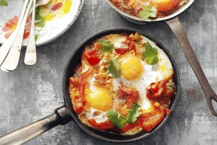 Kijk wat een lekker recept ik heb gevonden op Allerhande! Yotam Ottolenghi's shakshuka (eieren in lichtpittige groenten)