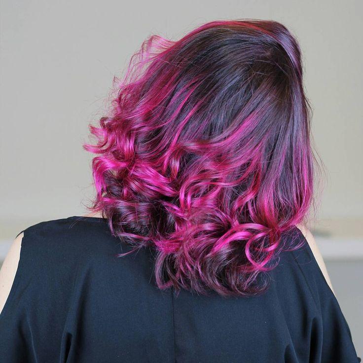 Tutorial em vídeo de como pintar o cabelo de rosa em casa sozinha, muito fácil!!!! Dicas de como fixar mais a cor nos cabelos. Usei para colorir os cabelos a tinta sem amônia Urban Purple da linha Hard Colors da Keraton. Cabelo pink lindo. Cabelo rosa perfeito. Cabelo colorido. Inspiração. Como pintar o cabelo de colorido sozinha  Cabelo curto com cachos perfeitos.