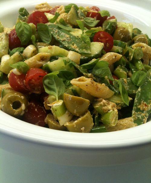 Pastasalade (2 tot 3 personen): 150 gr penne - 3 flinke eetlepels rode pesto - wat zachte geitenkaas - 100 gr peultjes - 15 cherrytomaatjes - een halve komkommer - 2 bosuitjes - een volle hand groene olijven (stuk of 10) - een hand verse basilicumblaadjes - peper en zout