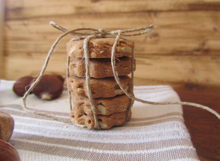 Oggi preparariamo insieme i Biscottacci con farina di castagne e nocciole.Biscotti molto gustosi preparati con una miscela di farina di castagne e farina 00