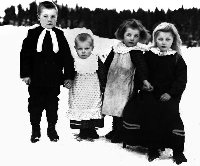 "Dette er eit gamalt fotografi frå Ål i Hallingdal. I samband med bokprosjektet ""Gamle Aal 1-5"" vart det digitalisert meir enn 10 000 gamle svart-kvit foto frå Ål, 1870-1960. Forfatterane ga i 2015 heile samlinga til Ål Bygdearkiv. This is an old photo from Ål in Hallingdal, Norway. In the work of produce the books ""Gamle Aal 1-5"" the writers digitized more than 10 000 old black-white photos from Ål, 1870-1960. The whole collection was in 2015 given to the archives of Ål. Visit…"