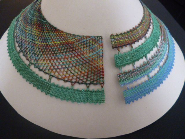 Límec Ručně paličkovaný límec může být přišitý přímo na šatech nebo může být použit jako náhrdelník.Zhotovený dle vlastního návrhu,pouze jeden kus,je to originál. Použitý materiál dodává výrobku potřebnou pevnost a stálost tvaru.