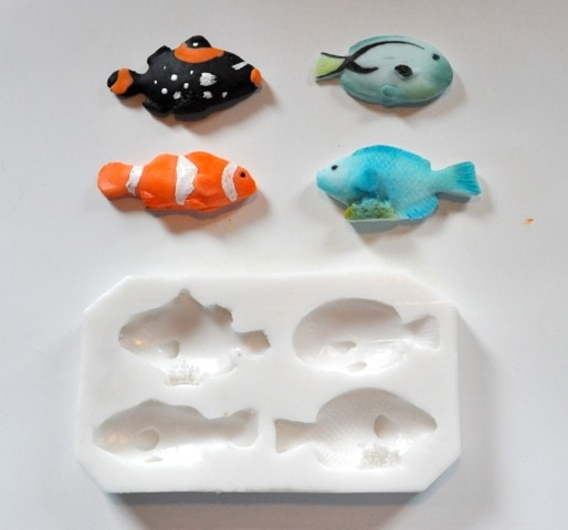 ecco il tutorial per realizzare i pesci tropicali: http://www.kikkascakes.com/Kikkas_Cakes/come-faccio/tanti-pesci-tropicali-per-realizzare-moltissime-ricette-diverse