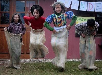 brincadeiras-festa-junina-corrida-saco