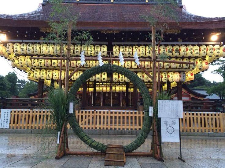 祇園・八坂神社。ただ今、雨が降っている影響もあり、参拝者も少なく静かな八坂神社となっています。。おかげで茅の輪くぐりをのんびりとすることができました。明日からは7月。祇園祭が一ヶ月に亘り執り行われます。 #京都 #kyoto