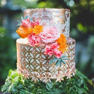 This perfect mix of metallics and flowers. | 24 Of The Most Beautiful Wedding Cakes Of 2014