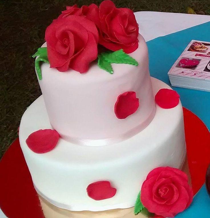 Torta decorada con rosas en fondant