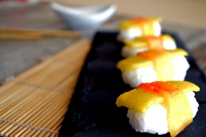 Nighiri di frutta, un'altra variante del frushi - Continuano i miei esperimenti con il frushi, il sushi di frutta, con i nighiri di frutta. Oggi è la volta dei nighiri, preparati con del riso aromatizzato al cocco e completati con pesca e mango.  Avevo …