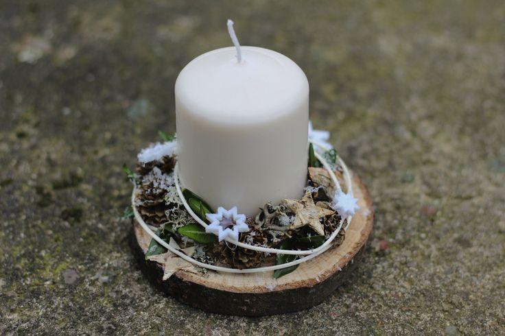 Adventní svícen přírodní bílý Přírodní adventní svícen zhotovený naopracovaném dřevěném kolečkuo velikosti cca 10cm. Ozdoben šiškami, hvězdičkami,pedikem, lišejníkem,... . Pro navození vánoční atmosféry zasněžený umělým sněhem. Každý můj výrobek je originál.