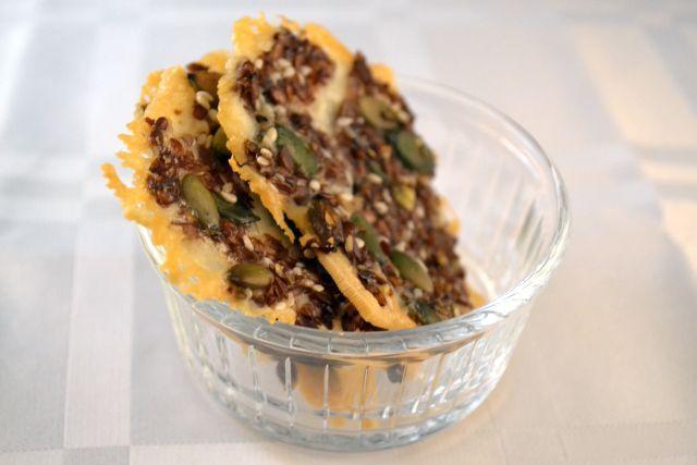 Waarom niet een gezond, glutenvrij en suikervrij kaaskoekje maken? Als je een kaasliefhebber bent, kun je vast niet van deze lijnzaad crackers afblijven!