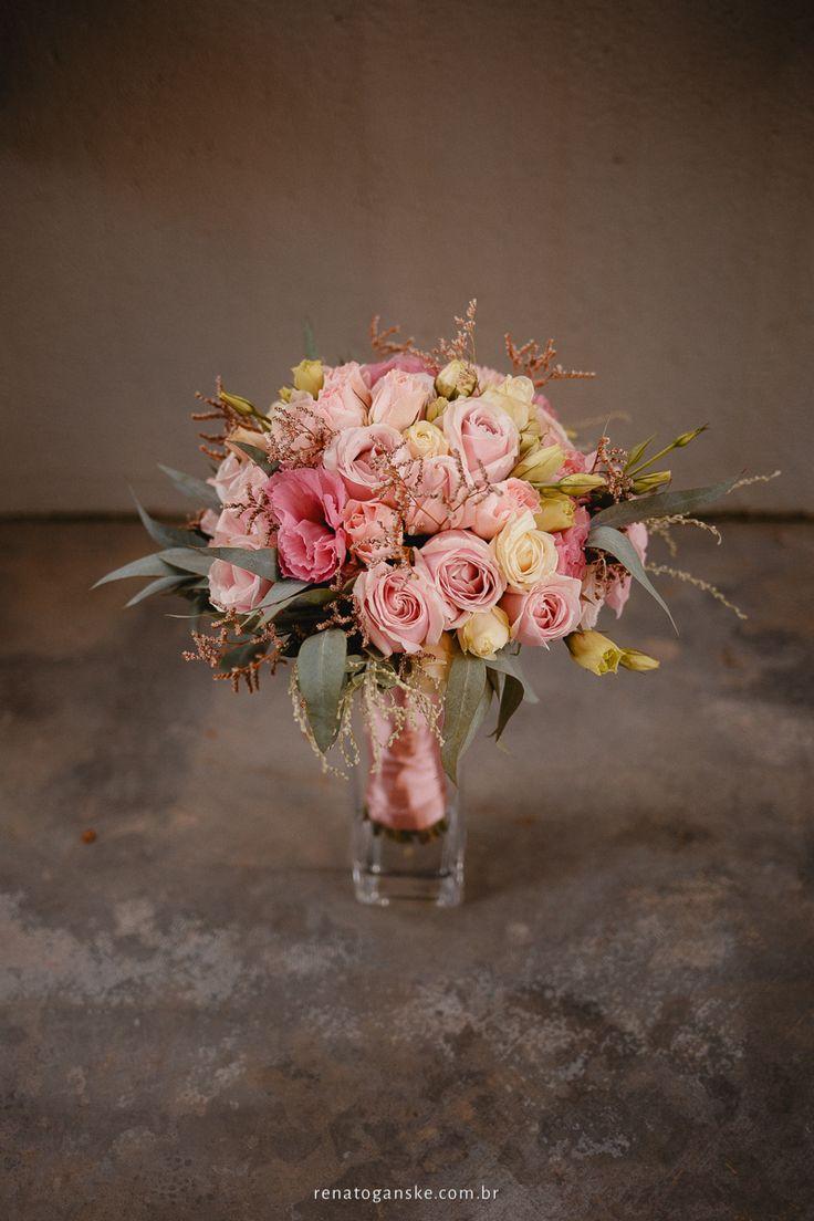 Buquê de noiva com rosas em tons pastéis. Buquê vintage, romântico. Rosa chá. Buquê para casamento intimista. Veja mais desse mini wedding em: http://www.fotosehistorias.com.br/portfolio/casamentos-intimistas/134590-amanda-alexandre-mini-wedding-jardim-amelie-casamento-intimista-jardim-amelie-fotografo-casamento-joinville-santa-catarina