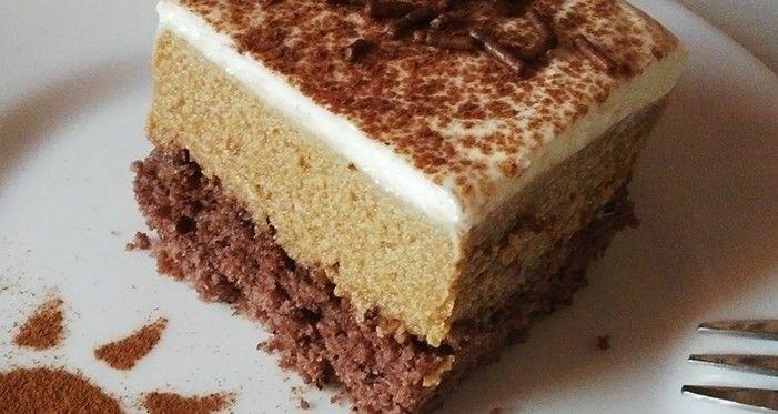 Lahodné krémové řezy s příchutí kávy. Na vrchu zakysaná smetana vyšlehaná s moučkovým a vanilkovým cukrem. Mňam!