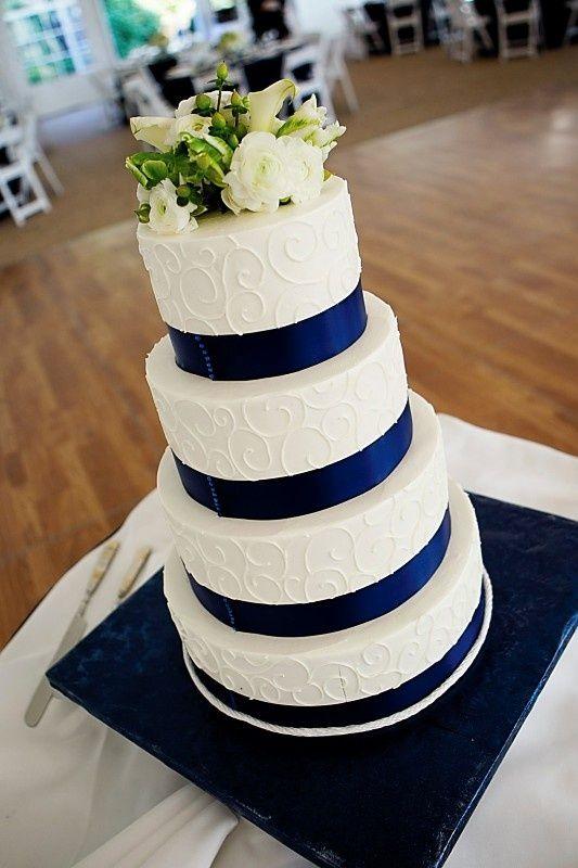 Pastel de cuatro pisos con lazos en azul marino