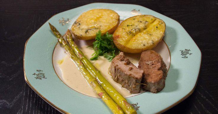 Smakrik fläskfilé serveras med ugnsbakad potatis med Västerbottensost, dragonsås samt sparris med smak av vitlök.