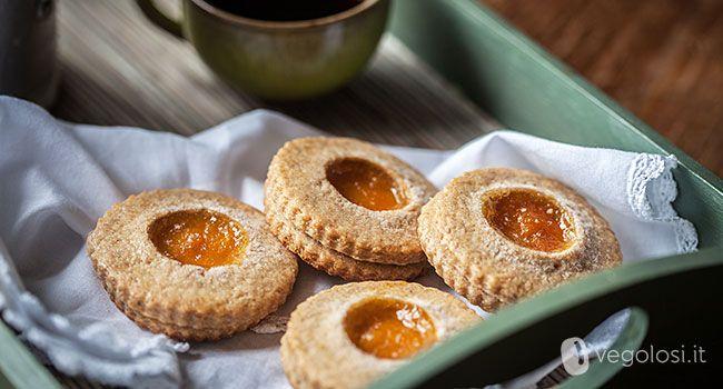 I biscotti vegan alla confettura sono uno spuntino per una pausa pomeridiana, un attimo di relax sorseggiando un buon tè nero. Dolci e saporiti vi daranno la carica per concludere al meglio la giornata.