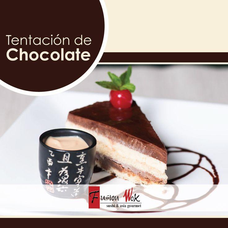 TENTACIÓN DE CHOCOLATE: Mezcla de chocolate negro, chocolate blanco y chocolate con leche sobre bizcochuelo y crema de arequipe