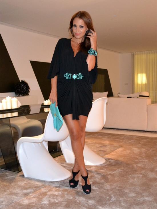 Vestido negro con cinturón de turquesas