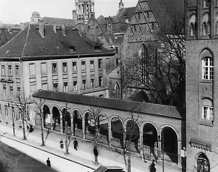 Berlin 1934 Die Klosterstrasse (Berlin-Mitte) Die Klosterstraße ist eine der ältesten Berliner Straßen im Ortsteil Mitte. Der heutige Name geht auf das Graue Kloster, ein ehemaliges Franziskanerkloster, in der Straße zurück, von dem heute nur die Ruine der Klosterkirche erhalten ist. Nach der Straße ist wiederum das Klosterviertel benannt, in dem sich zahlreiche Baudenkmäler befanden, die zum Teil noch erhalten sind.