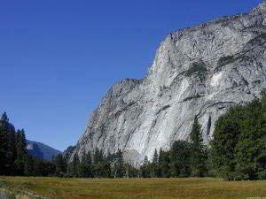 Bridalveil Falls, Yosemite, Kalifornien-Eine der faszinierendsten und atemberaubendsten Landschaften Kaliforniens ist der Yosemite Nationalpark. Er liegt rund 240 Kilometer östlich von San Francisco in den Bergen der Sierra Nevada, die sich über 500 Kilometer Länge und über 100 Kilometer Breite durch den Osten Kaliforniens zieht. Mit einer Ausdehnung von insgesamt über 3.080 Quadratkilometern und einer Höhenlage zwischen 609 und 3.962 Metern umfasst der Park eines der schönsten Bergtäler der…