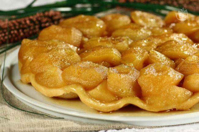 La tarte tatin è una particolare torta alle mele, tipica della cucina Francese; con un contrasto tra la dolcezza delle mele e la pasta brisè salata.