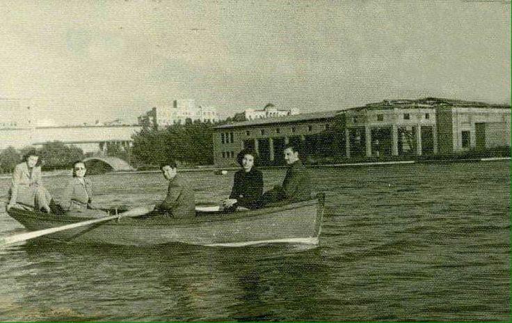 GENÇLİK PARKI 1951.                                            Arka tarafta Türkocağı Binası ve Etnoğrafya Müzesi