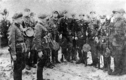 """Lato 1948. Czerwony Bór pow. Łomża. Odbiera meldunek ppor. Kazimierz Żebrowski """"Bąk"""""""