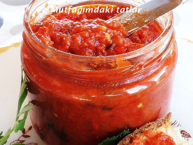 LUTENİTSA( Kahvaltılık sos) Yemelere doyamayacağınız Bulgaristan 'a ait bir sostur. İster kahvaltılarda ekmek- çö...