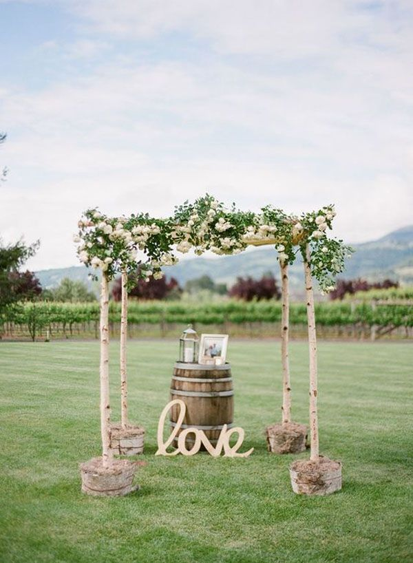 botte di vino come altare per matrimonio all'aperto