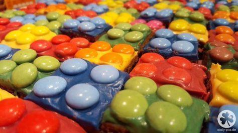 Wie ihr auf einigen Fotos zu Alex' Ninjago-Geburtstag sehen konntet, habe ich ihm statt einer Motivtorte dieses Jahr einen Lego Kuchen gebacken. Ninjago ist Lego und das passte einfach hervorragend ins Konzept. Ich habe wirklich geglaubt, der Kuchen sei weniger aufwendig, als eine Motivtorte. Tatsächlich ist der Kuchen zwar weniger kompliziert und bedarf keinem gesteigertem Kreativ- und/oder Basteltalent, aber in Sachen Zeit ist er doch viel intensiver, als zuerst angenommen. Da einige von…