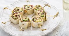 Tortilla rolletjes met carpaccio, parmezaanse kaas en pesto