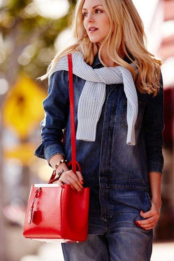 Красные сумки считаются абсолютным трендом этого года   Если хотите внести оригинальность в повседневный теплый комплект этой осенью достаточно иметь только красную сумку. {{AutoHashTags}}