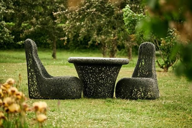 Fotele ogrodowe Lucky Whale oraz stół Mono Table. Meble do ogrodu, które zostały wykonane z lawy wulkanicznej, dzięki czemu są trwałe oraz odporne na zmiany temperatur.